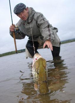 ловля рыбы на речке в мутной воде